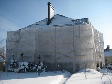 Внешняя отделка стен дома в зимнее время